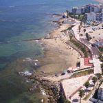 """La Playa de las Canteras, ubicada en el Faro de Chipiona, presenta un sustrato rocoso de gran belleza natural utilizado como """"corrales de pesca"""". Zona ideal para la práctica del buceo con tubo."""