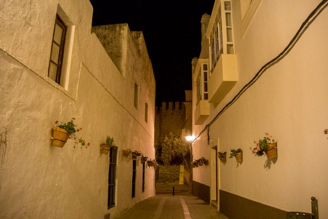 Pasear por el centro histórico de Rota noche.