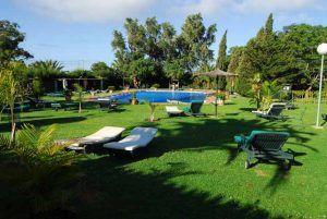 Hotel Punta Sur, a 6km de Tarifa y cerca de las mejores playas de la zona, es un oasis de tranquilidad y bienestar, con habitaciones espléndidas, un restaurante excelente, una gran piscina y jardines exuberantes.