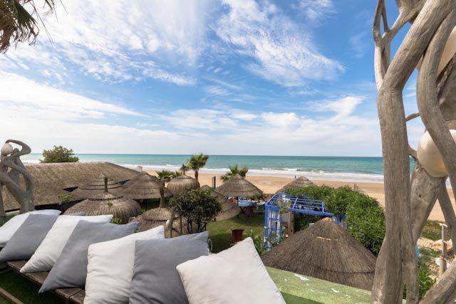 Ajedrez Beachclub es un exclusivo restaurante ubicado en primera linea de la playa de las tres piedras de Chipiona. Cocina mediterránea y asiática.