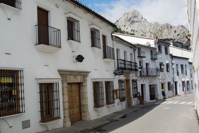 Grazalema es un pueblito blanco entre montañas de la sierra de Cádiz, con callejuelas estrechas y encantadoras.