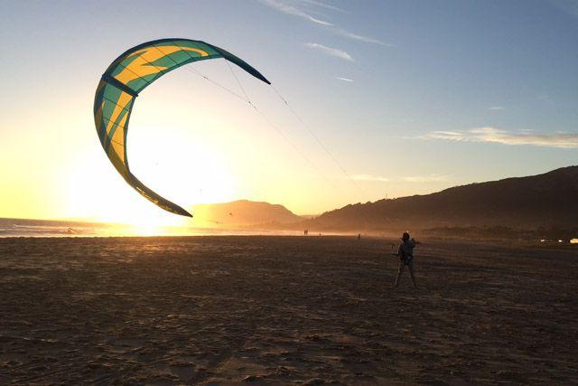 Una de las muchas cosas interesantes qu ehacer en Cádiz durante le finde es practicar kitesurf en Tarifa.