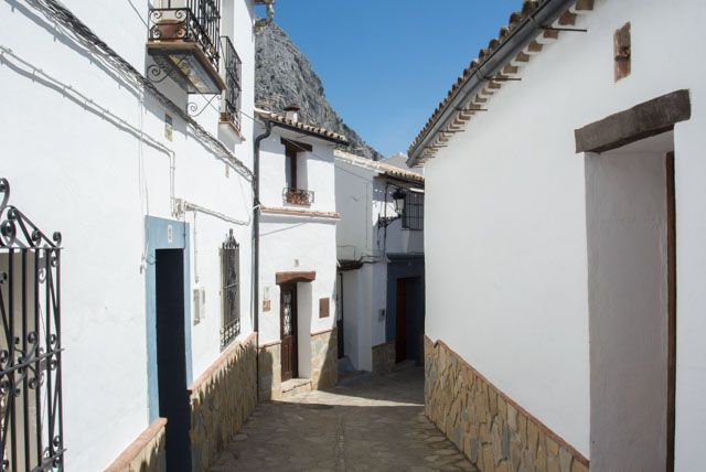 Wander the streets of Villaluenga with no hurry.